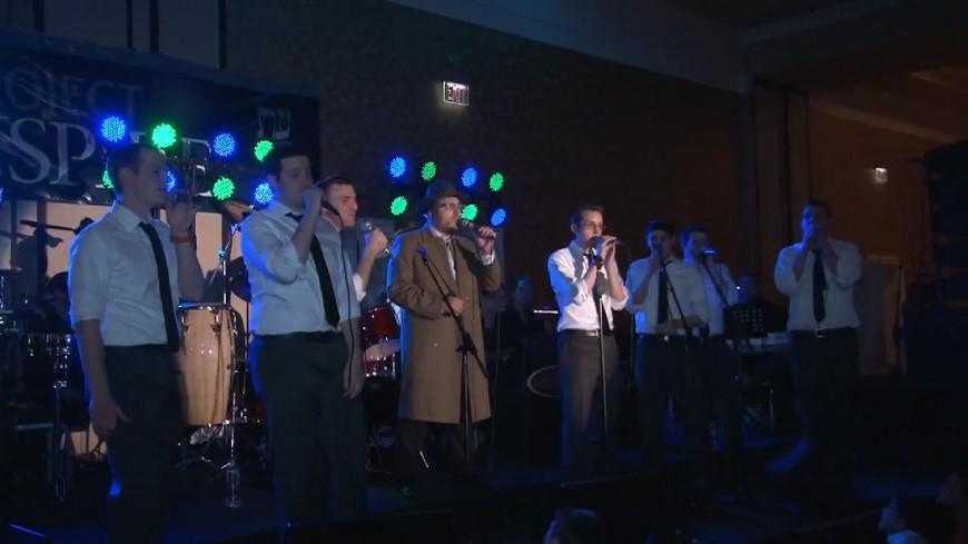 """Lipa Schmeltzer & The Maccabeats perform """"Abi Meleipt"""""""