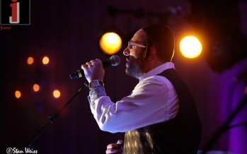 Lipa performing at KMR Tours this past Pesach. Photo by Stan Weiss