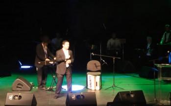 "Eli Herzlich Performs ""Chosson Domeh LaMelech"" Live"