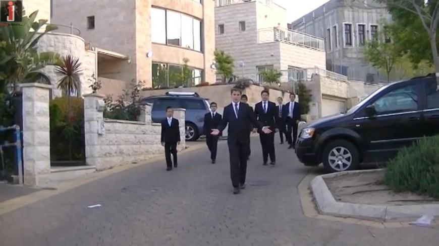 "Shira Chadasha Boys Choir ""Menucha V'Simcha"" [OFFICIAL MUSIC VIDEO]"