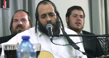 Rabbi Mordechai Gottlieb and Friends Sing Kumzits: Gevaldig Breider – Mit Torah In Yiras Shomayim