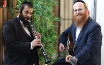 Emotional Therapist Mordechai Roth Hosts Clarinetist David Kliger