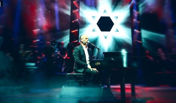 Yonatan Razel Sings David (Live)