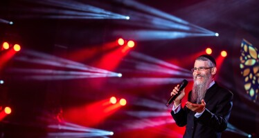 """The Mythological """"Shtar Hatnoim"""" – A New Clip Of Avraham Fried From His Show @ The Sultan's Pool"""